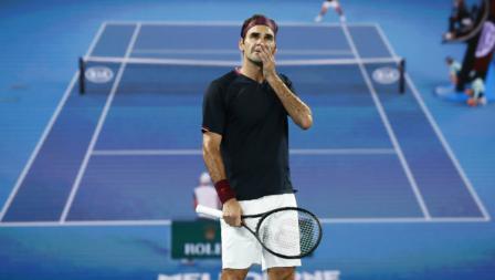 Roger Federer mengamati layar saat challenge review dalam laga sengit melawan John Millman.