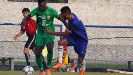 Ezechiel N'Douassel saat bermain pertama kali untuk Bhayangkara FC di laga uji coba menghadapi klub Kamboja, Jumat (24/01/20). - INDOSPORT