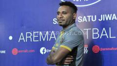 Indosport - Mariando Djonak Uropmobin saat diperkenalkan sebagai penggawa baru Arema FC untuk Liga 1 2020.