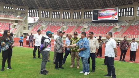 Menteri Pembangunan Manusia dan Kebudayaan (PMK), Muhadjir Effendy saat bersalaman dengan Site Engineering Manager PT PP Tbk, Dolly Abu Zein, dalam kunjungannya ke Stadion Papua Bangkit. - INDOSPORT