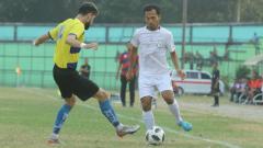 Indosport - Pemain PSMS Medan, Syaiful Ramadhan (baju putih), saat tampil di turnamen pra-musim internasional Edy Rahmayadi Cup 2020, beberapa waktu lalu.