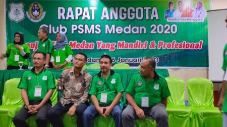 Adi Sahputra (baju batik) terpilih menjadi Ketua Umum PSMS Medan dalam Rapat Anggota Biasa (RAB), yang dihadiri 22 dari 40 anggota klub PSMS, Minggu (26/01/20). - INDOSPORT