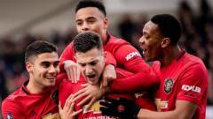Indosport - Bintang asal Portugal milik Manchester United, Diogo Dalot (tengah), menjadi incaran terbaru AC Milan jelang penutupan bursa transfer musim panas 2020.