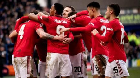 Phil Jones merayakan gol saat pertandingan Piala FA Tranmere Rovers vs Manchester United, Minggu (26/01/20) malam WIB - INDOSPORT