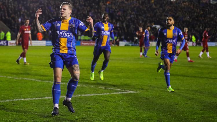 Pemain Shrewsbury Town, Jason Cummings, merayakan golnya ke gawang Liverpool dalam laga Piala FA Copyright: James Baylis - AMA/Getty Images