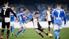 Indosport - Paulo Dybala dijaga ketat oleh Diego Demme dalam laga Serie A Italia, Napoli vs Juventus.