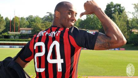 Kobe Bryant mengaku seorang Milanisti dan menjadi fans AC Milan sejak dirinya kecil. - INDOSPORT