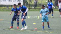 Indosport - Dedi Kusnandar dan Fabiano Beltrame menjalankan program latihan di Lapangan Inspire Arena, Jalan Sersan Bajuri, Cihidueng, Kabupaten Bandung Barat, Senin (27/01/2020), pada hari pertama pemusatan latihan atau TC.