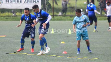 Dedi Kusnandar dan Fabiano Beltrame menjalankan program latihan di Lapangan Inspire Arena, Jalan Sersan Bajuri, Cihidueng, Kabupaten Bandung Barat, Senin (27/1/20), pada hari pertama pemusatan latihan atau TC. - INDOSPORT