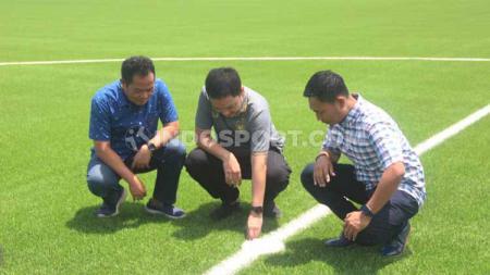 Jajaran manajemen PSIS Semarang ketika melihat rumput sintetis Stadion Citarum. - INDOSPORT
