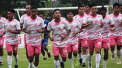 Indosport - Foto skuat AA Tiga Naga sedang menjalani sesi latihan jelang Liga 2 2020 dimulai.