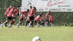 Indosport - Hari ketiga TC klub Liga 1 Persipura Jayapura di Kota Batu, Malang, Selasa (28/1/20), sang pelatih Jacksen Tiago memberikan ruang bebas untuk pemain muda.