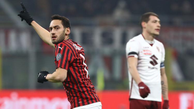 Gelandang serang AC Milan, Hakan Calhanoglu merayakan golnya ke gawang Torino Copyright: Marco Luzzani/Getty Images