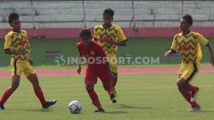 Indosport - Wahyu Agung pemain timnas Indonesia u-16 di pepet tiga pemain GSI Sidoarjo. Rabu (29/1/20).