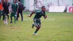 Indosport - Pelatih klub Liga 1 Persebaya Surabaya, Aji Santoso, masih memberikan kesempatan untuk satu pemainnya yang mengikuti seleksi, yakni Frank Rikhard Sokoy.