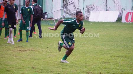 Manajemen Persebaya Surabaya, melalui manajernya Candra Wahyudi belum mau menanggapi soal pemain seleksinya Frank Rikhard Sokoy jelang Liga 1 2020. - INDOSPORT