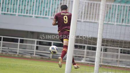 Striker PSM Makassar, Giancarlo Lopez Rodrigues, berselebrasi usai mencetak gol ke gawang Lalenok United di Piala AFC 2020. - INDOSPORT