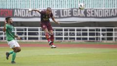 Indosport - Ferdinand Sinaga sesaat sebelum mencetak gol ke gawang Lalenok United lewat sundulan di AFC Cup bersama PSM.