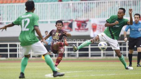 Rizky Pellu (tengah) dirumorkan akan bergabung dengan Persib Bandung. - INDOSPORT