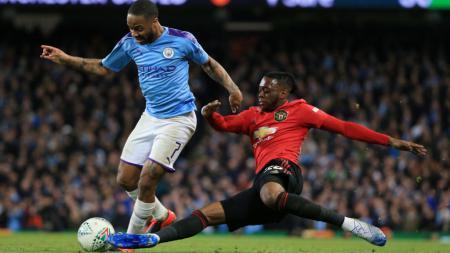Raheem Sterling dihalau Wan-Bissaka dalam laga Piala Liga Inggris Manchester City vs Manchester United - INDOSPORT