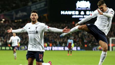 Alex Oxlade-Chamberlain merayakan golnya bersama Roberto Firmino dalam pertandingan Liga Primer Inggris West Ham United vs Liverpool - INDOSPORT