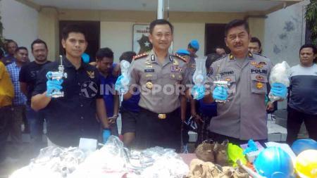 Kapolrestabes Semarang Auliansyah Lubis saat menunjukkan barang bukti kran yang dicuri di Stadion Jatidiri dalam acara Gelar Perkara di Mapolrestabes Semarang. - INDOSPORT
