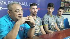 Indosport - GM Arema FC Ruddy Widodo saat memperkenalkan tiga asing baru, Jonathan Bauman, Matias Malvino dan Elias Alderete.