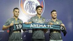Indosport - Elias Alderete (kiri) dan Matias Malvino (tengah) memutuskan mengakhiri kebersamaan dengan Arema FC.
