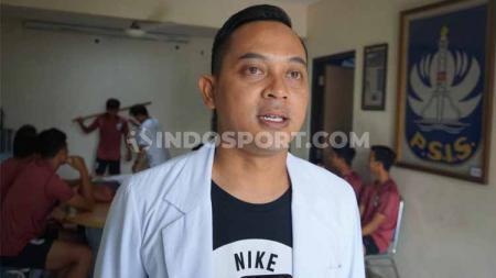Dokter Alfan Nur Asyhar saat memberi penjelasan kepada awak media di sela-sela tes medis bagi para pemain PSIS. - INDOSPORT