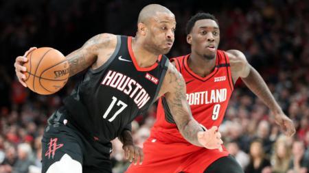 PJ Tucker dan Nassir Little di laga NBA antara Houston Rockets vs Portland Trail Blazers, Kamis (30/01/20). - INDOSPORT