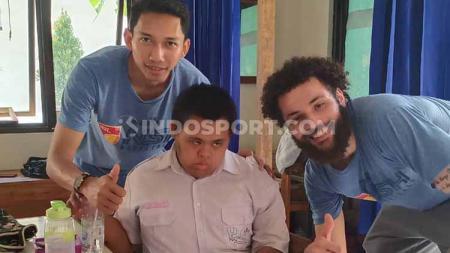 Menyambut seri 3 IBL yang akan berlangsung di Jakarta pada pekan ini, tim basket putra NSH Jakarta dan PEAK Indonesia melakukan kegiatan sosial. - INDOSPORT