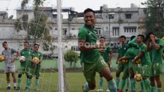 Indosport - Eks bintang PSMS Medan di Liga 1 musim lalu tampak mengikuti seleksi pemain Persiraja.