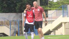 Indosport - Hari Nur Yulianto menunjukkan keakraban dengan pelatih PSIS Dragan Djukanovic di sela-sela latihan hari kedua.