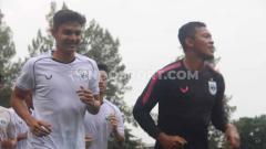Indosport - Penyerang anyar PSIS M. Ridwan dan kiper Joko Ribowo melakukan jogging bersama pemain lainnya selama 30 menit.