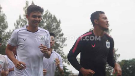 Penyerang anyar PSIS M. Ridwan dan kiper Joko Ribowo melakukan jogging bersama pemain lainnya selama 30 menit. - INDOSPORT