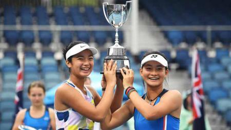 Priska Nugroho dan Alexandra Eala mengangkat piala di turnamen tenis Australia Terbuka Junior 2020. - INDOSPORT