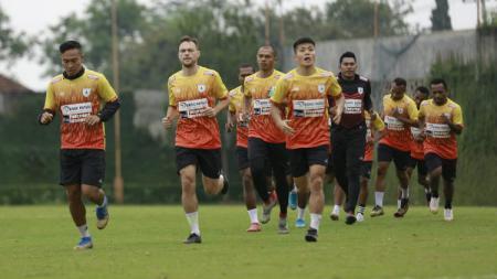 Thiago Amaral (dua dari kiri) saat menjalani latihan bersama rekan-rekannya di Persipura. - INDOSPORT