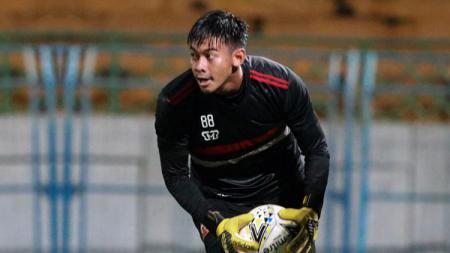 Kiper Madura United Satria Tama Hardiyanto. - INDOSPORT