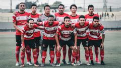 Indosport - COO Madura United, Annisa Zhafarina Qosasi, mengomentari turunnya omzet store selama pandemi corona.