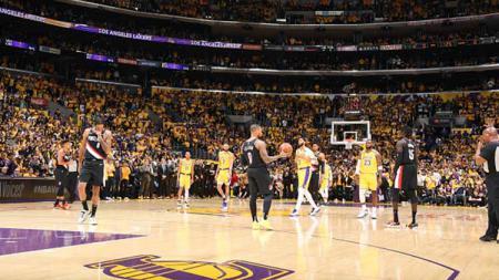 Baik LA Lakers maupun Portland Trail Blazers sama-sama memberi tribut berupa 24 dan 8 shot clock violation, sesuai nomor legendaris Kobe Bryant, di awal pertandingan. - INDOSPORT