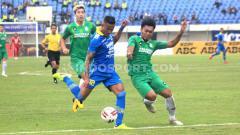 Indosport - Eks bintang Liga Vietnam, Wander Luiz (kiri), diyakini media asing mampu membawa Persib Bandung juara Liga 1 2020.