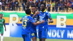 Indosport - Pemain Persib Bandung, Geoffrey Castillion merayakan golnya dengan Wander Luiz serta Febri Hariyadi  saat menghadapi Melaka United di laga uji coba di Stadion Si Jalak Harupat, Kabupaten Bandung, Sabtu (01/02/20).