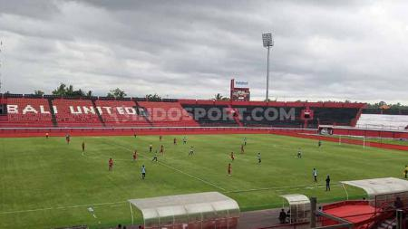 Laga uji coba Bali United melawan Persela Lamongan di Stadion Kapten I Wayan Dipta, Gianyar, Sabtu (1220) sore. - INDOSPORT