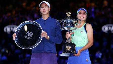Garbine Muguruza (kiri) dan Sofia Kenin di podium Australia Terbuka 2020.