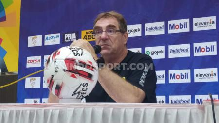 Pelatih Persib Bandung, Robert Rene Alberts memastikan lini belakang timnya tetap kuat saat mengarungi kompetisi Liga 1 2020. - INDOSPORT