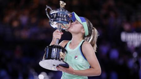 Sofia Kenin mencium trofi Grand Slam pertamanya. - INDOSPORT