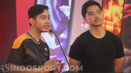 Gibran Rakabuming dan Kaesang Pangarep di pembukaan kompetisi eSports Mobile Legends. - INDOSPORT