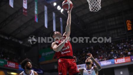 Bintang Basket Indonesia Patriots, Abraham Damar saat melakukan lay up melawan Satria Muda Pertamina Jakarta - INDOSPORT