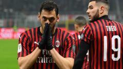Indosport - Gelandang serang AC Milan, Hakan Calhanoglu saat merayakan golnya di pertandingan Serie A Italia