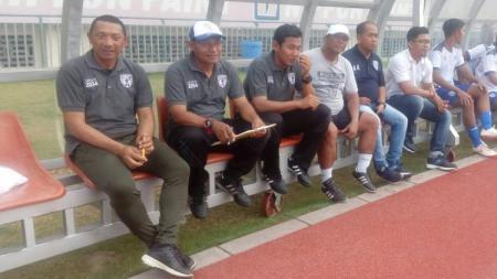 Pelatih klub Liga 2 Putra Sinar Giri (PSG) asal Gresik, I Putu Gede (kiri) bersama skuatnya. - INDOSPORT